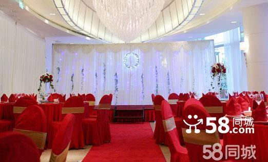 复旦皇冠假日酒店便利的交通让您从容到达上海的金融区、外滩、浦东和旅游胜地。时尚简约的融咖啡餐厅位于酒店一楼的融咖啡餐厅极具现代感和时尚感,可容纳14桌宾客用餐,与之相连的室外花园浪漫精致,您可以在一派池塘月色下举办餐前酒会及晚间派对;豪华气派的皇冠大宴会厅位于酒店二楼,总面积为570平方米,可容纳35桌的婚宴。整个大厅为无柱设计,挑高的天花吊顶配以华丽的水晶吊灯,尽享奢华,还可以根据婚宴需要进行分割,选择用其中一部分举办西式的证婚仪式。此外,化妆室紧邻宴会厅,让换装更加便捷。在这里举办您的婚宴必将能为您开